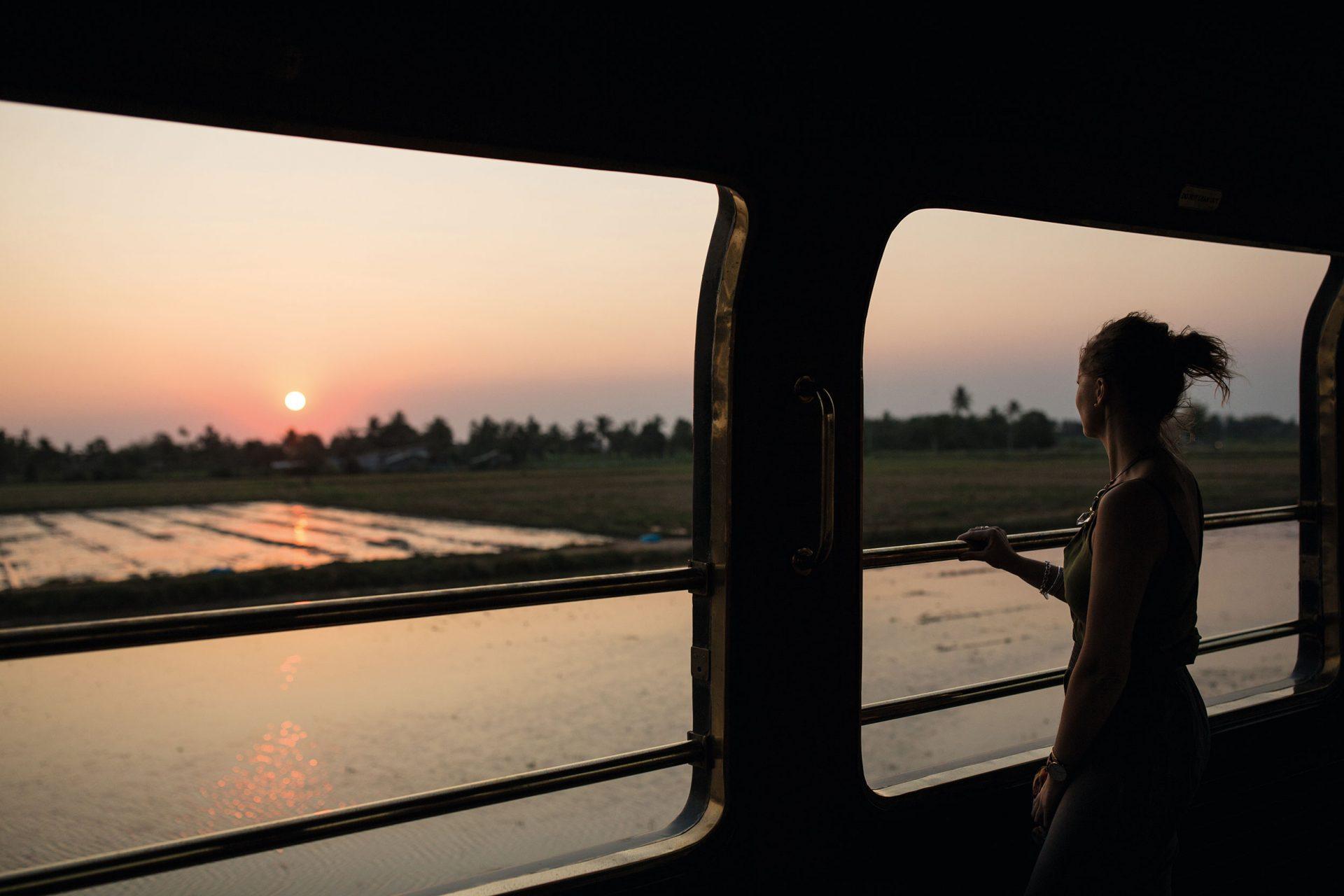 Soleil couchant sur les rizières dans le train