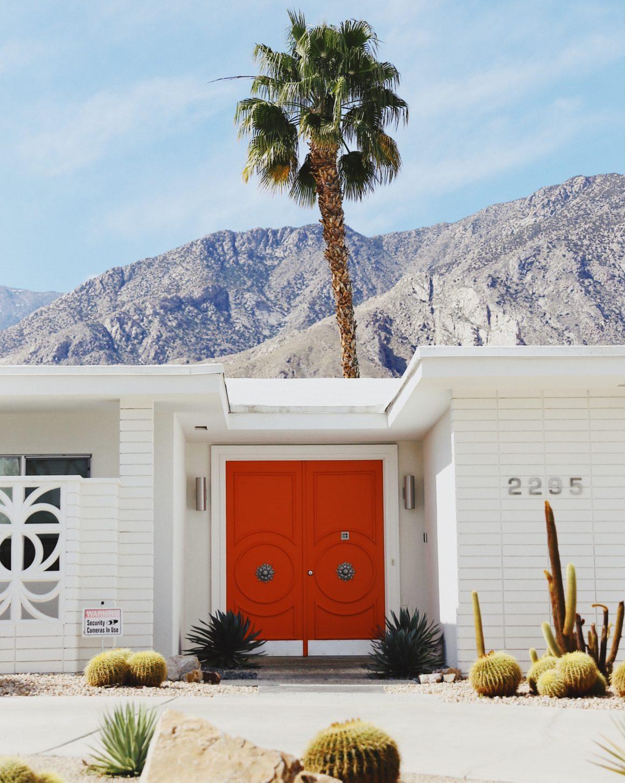 Une porte rouge à Palm Springs en Californie