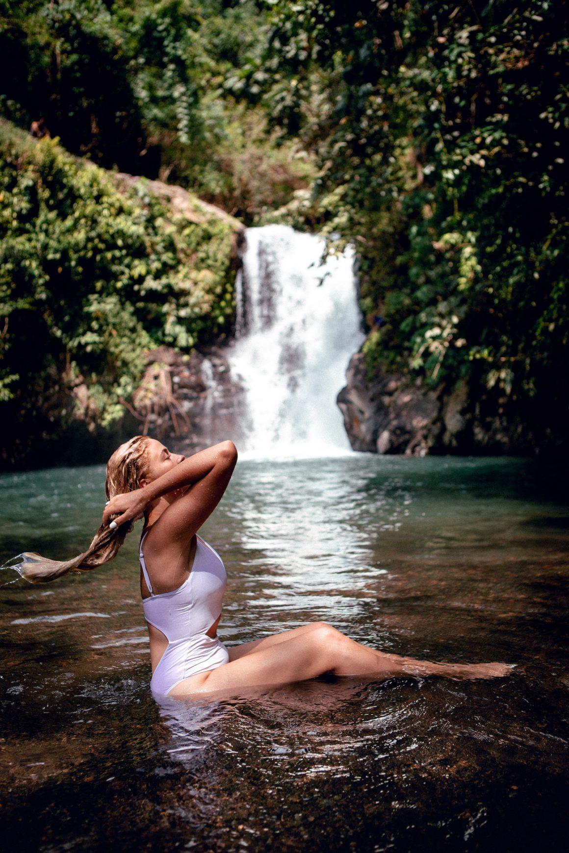 Baignade dans une piscine naturelle
