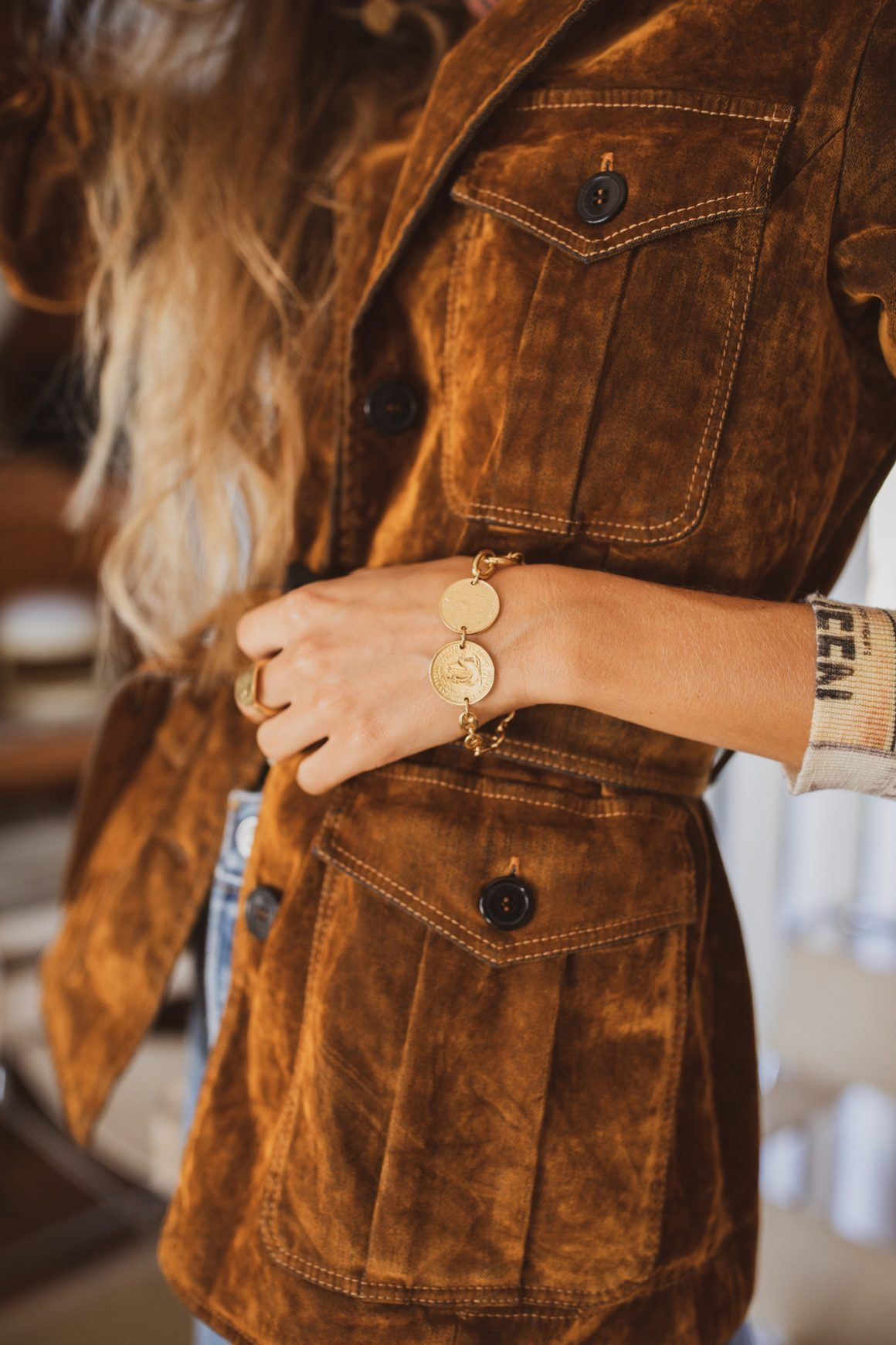 Veste True Royal, pull Printed Artworks, jean RE/DONE et bijoux Tant d'Avenir