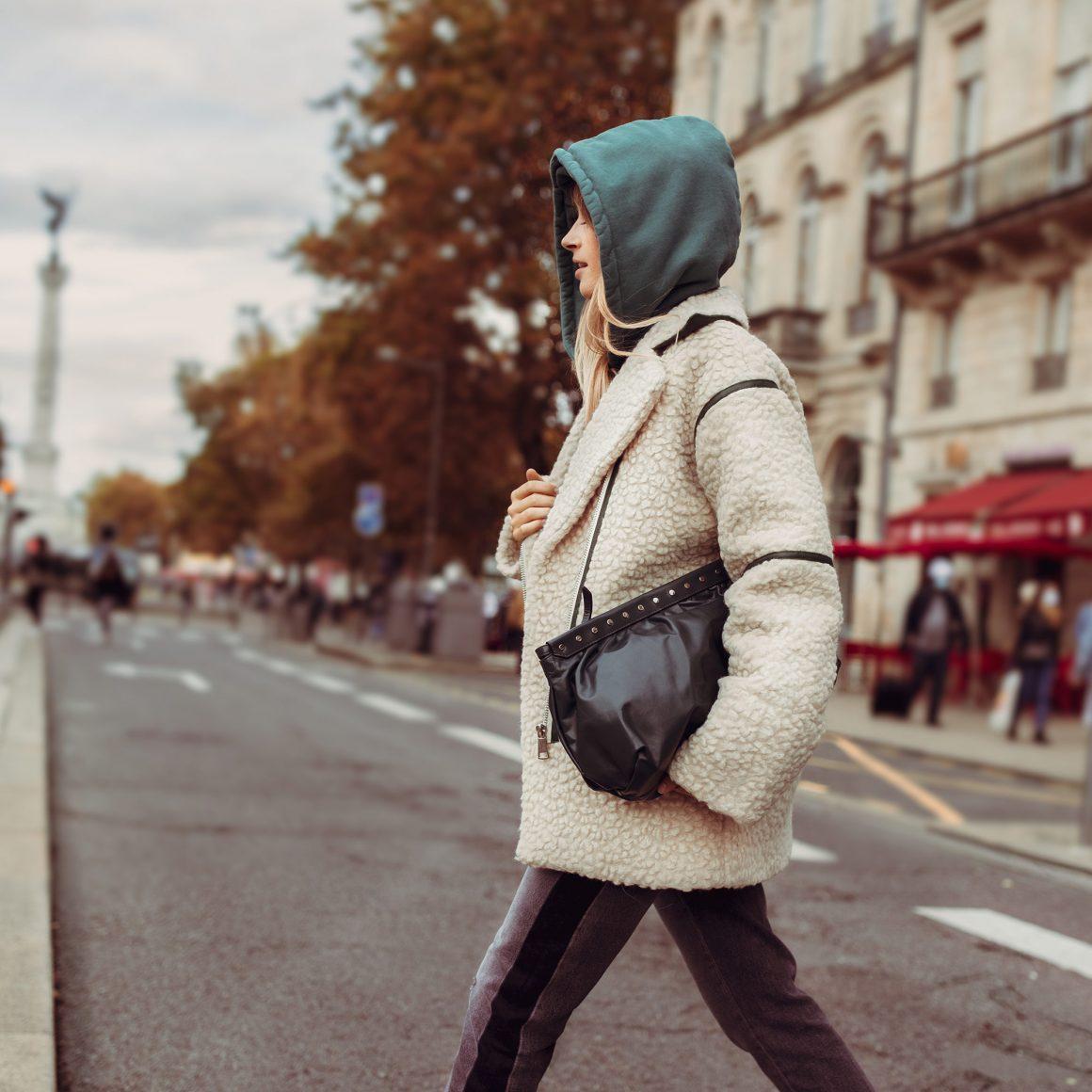 On se met au vert avec le hoodie Parrish de Margaux Lonneberg et la pochette Luz d'Isabel Marant