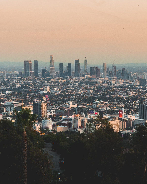 La vue de Mulholland Drive sur les collines d'Hollywood