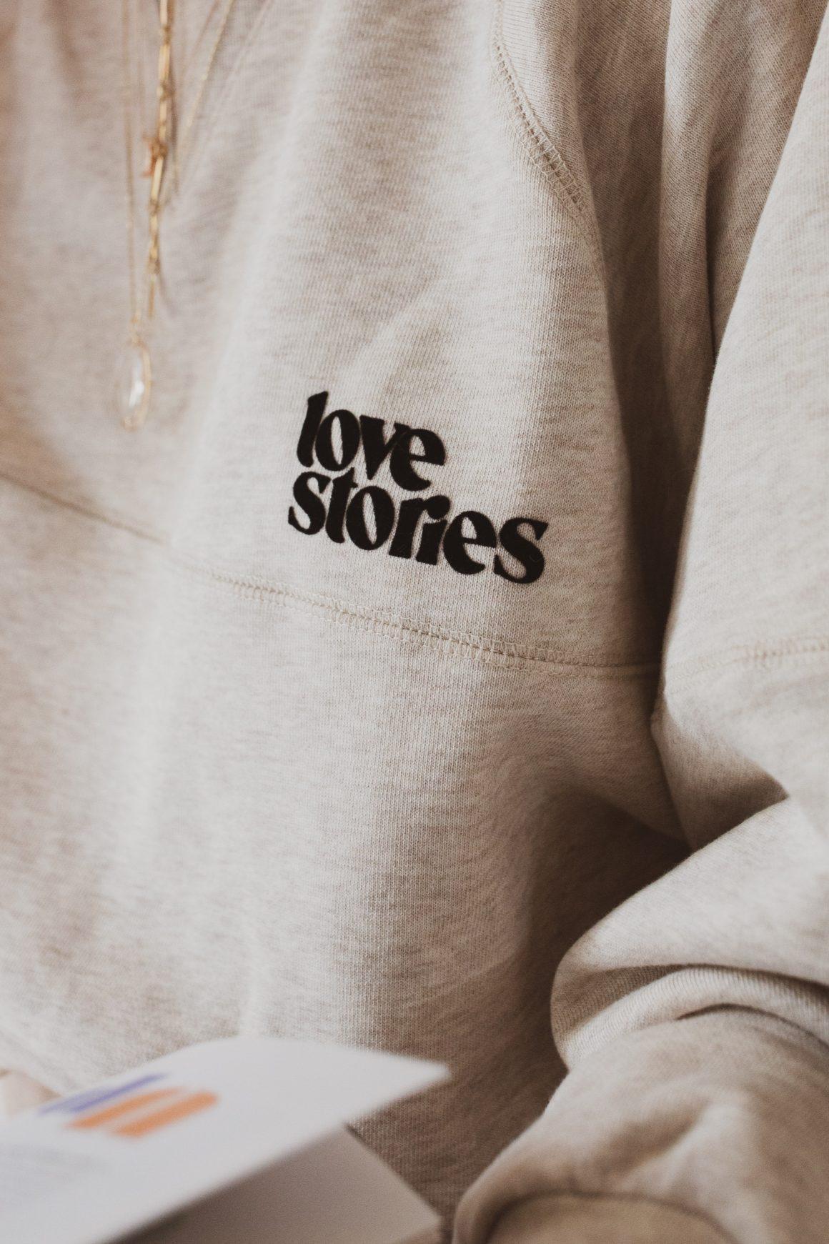 Flocage noir « Love Stories » sur le sweat Boris Oatmeal