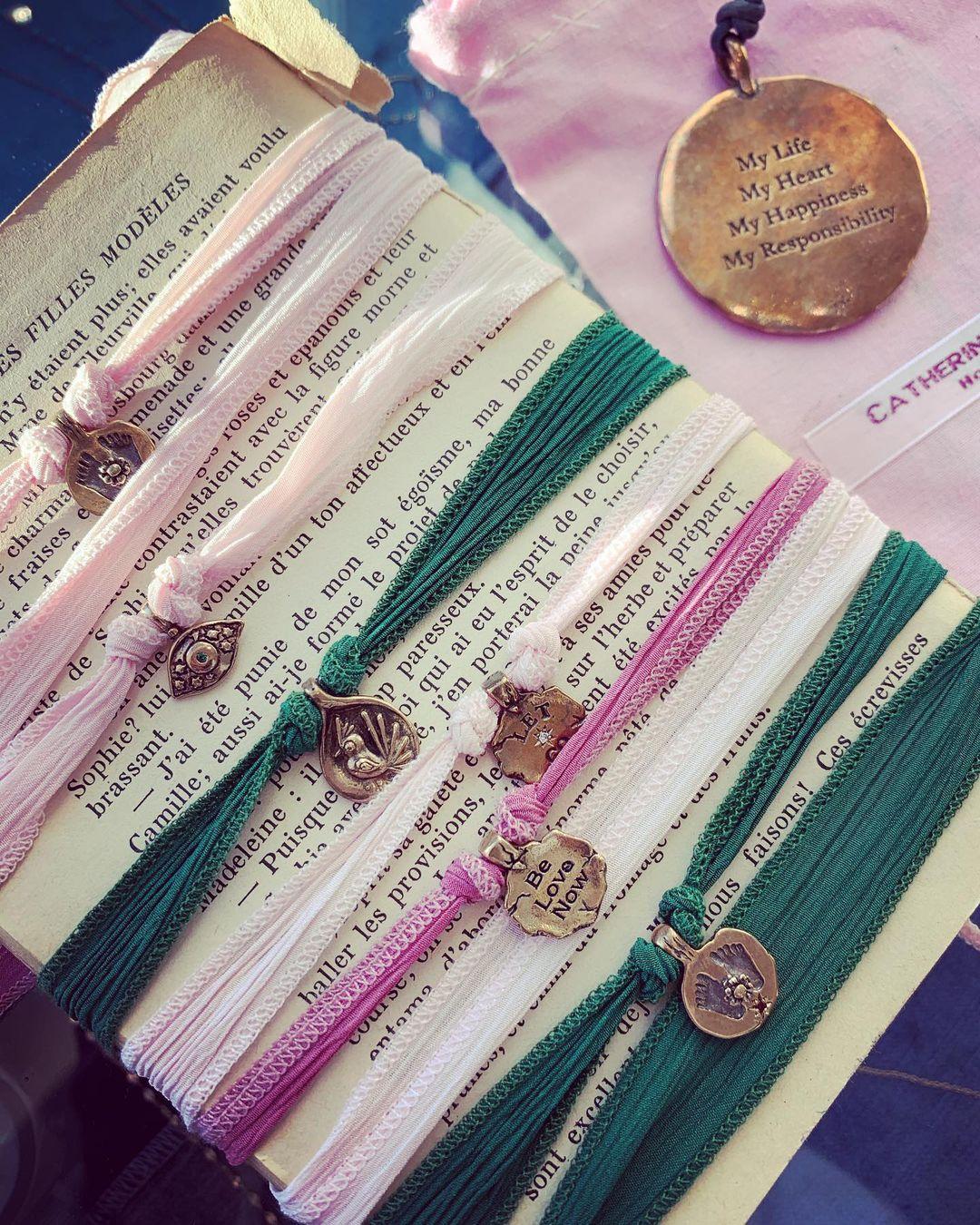 Des bracelets Catherine Michiels sur liens en soie
