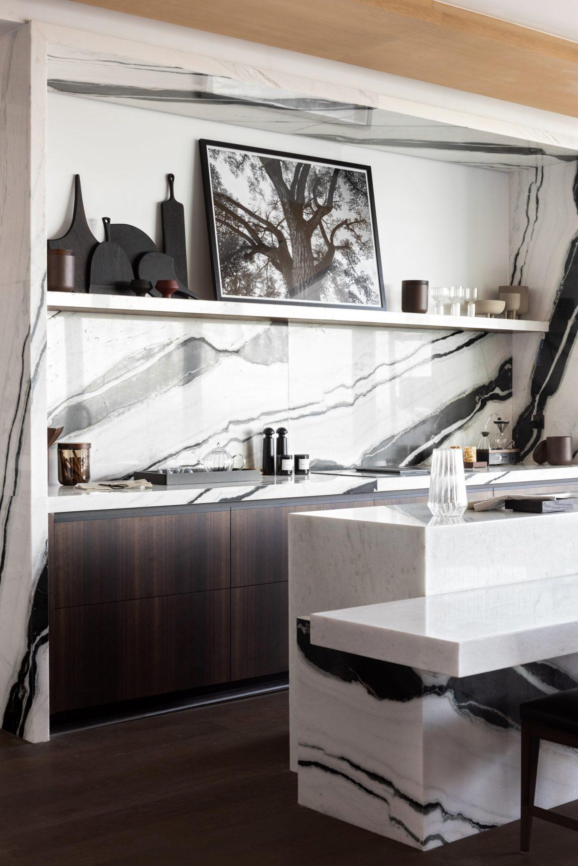 Une cuisine en marbre noir et blanc signée Atelier 27 Paris.