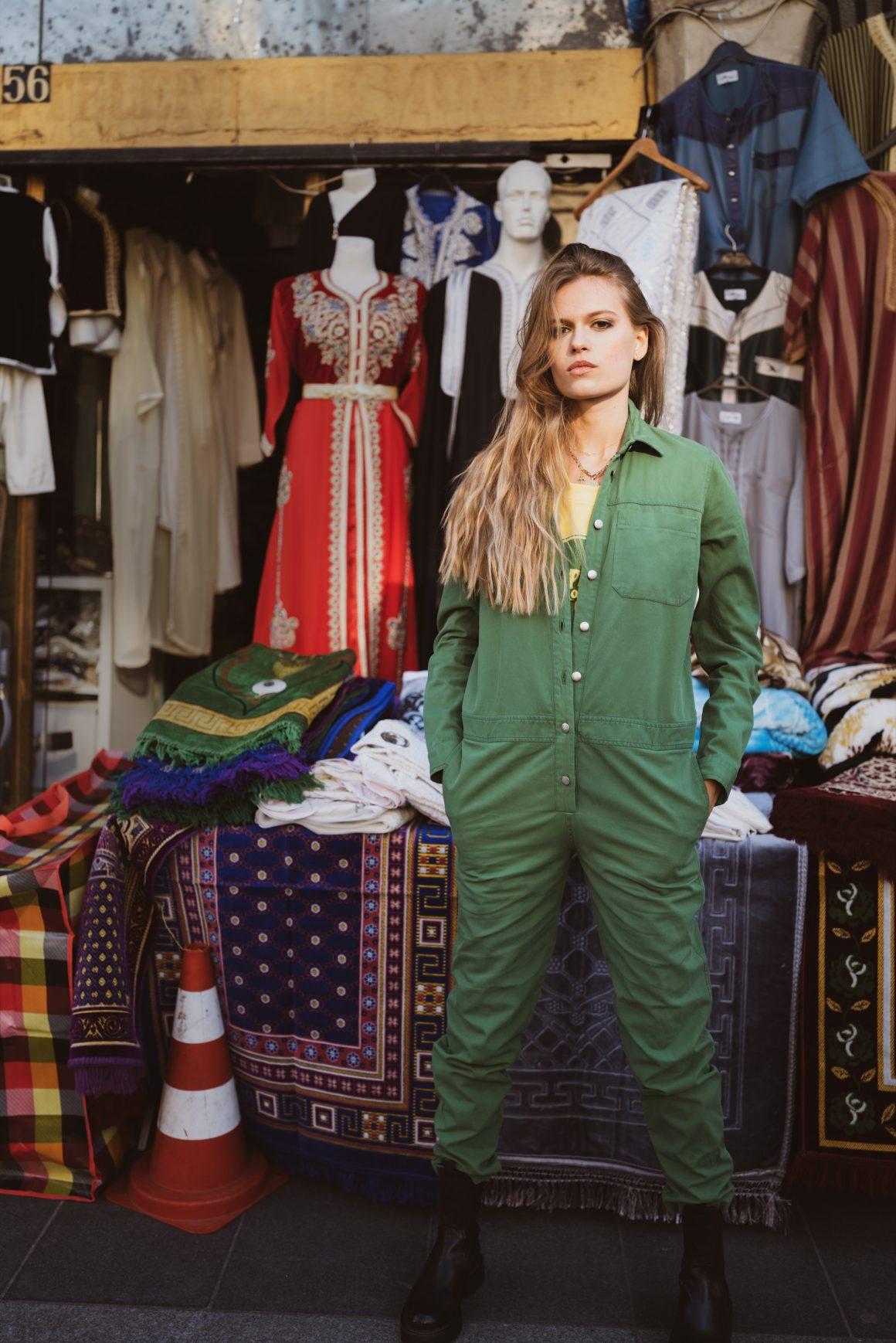 Cette sublime combi verte signe une allure workwear aux notes vintages