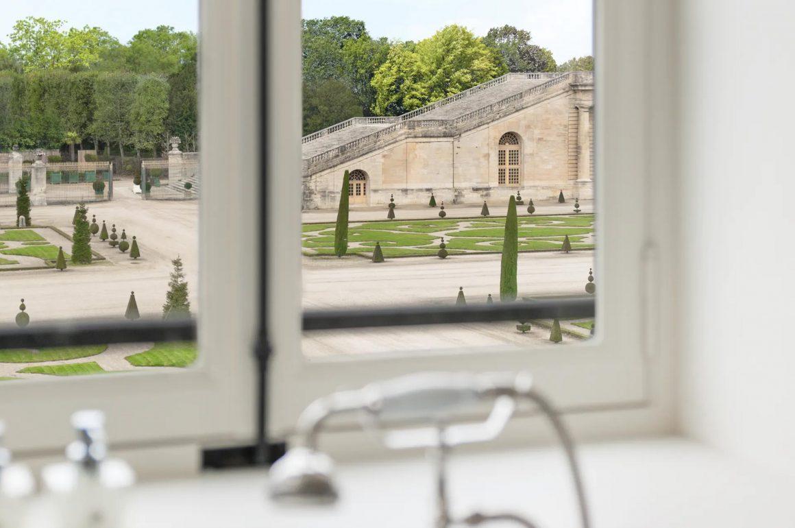 Vue sur les jardins du Château de Versailles depuis le Grand Contrôle Hotel