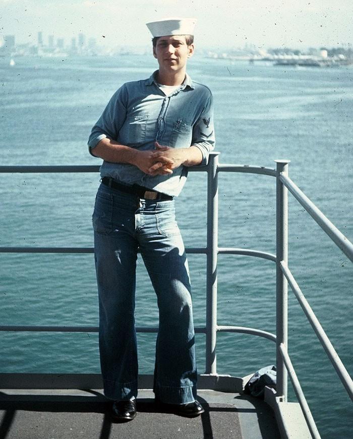 Un marin américain qui porte le pantalon flare dans les années 70