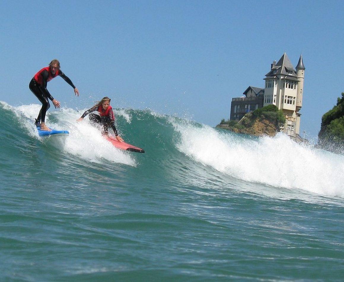 Des surfeurs à Biarritz