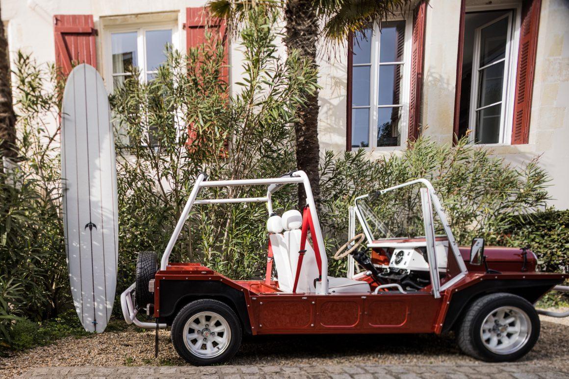 Une voiturette devant l'Hôtel Saint Julien