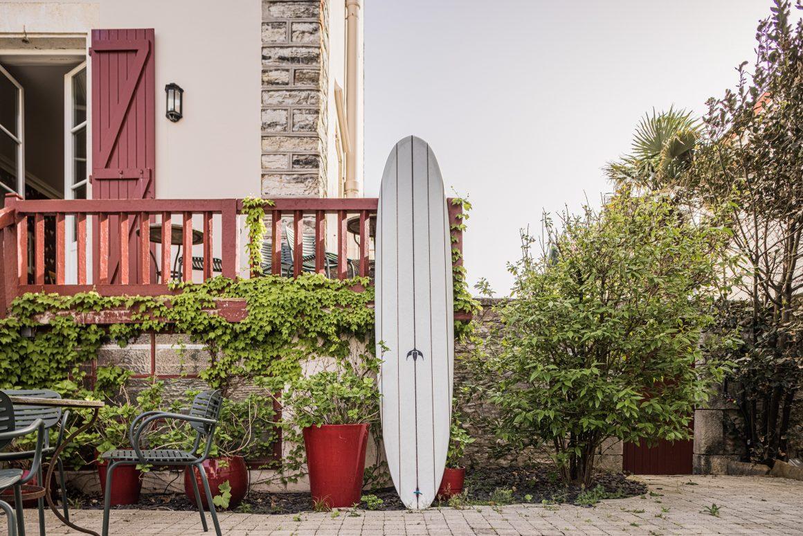Une planche de surf devant l'Hôtel Saint Julien