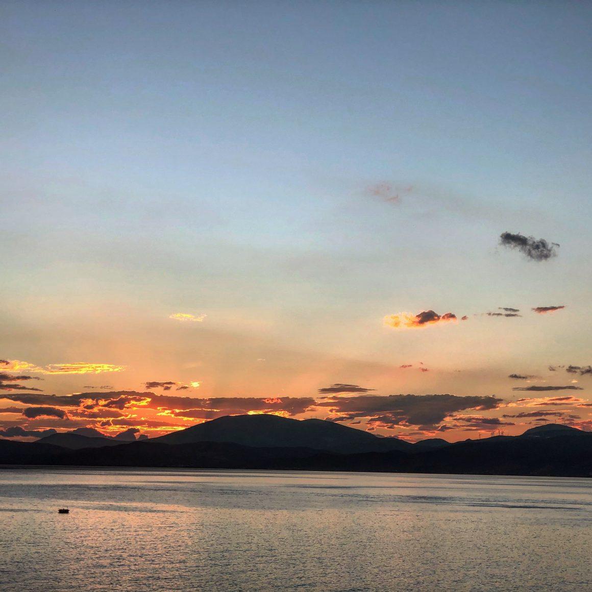 Coucher de soleil sur l'île Hydra en Grèce