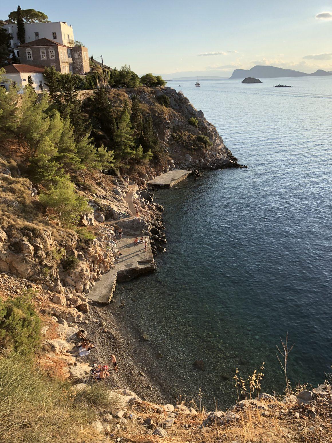 Une crique sur l'île Hydra en Grèce