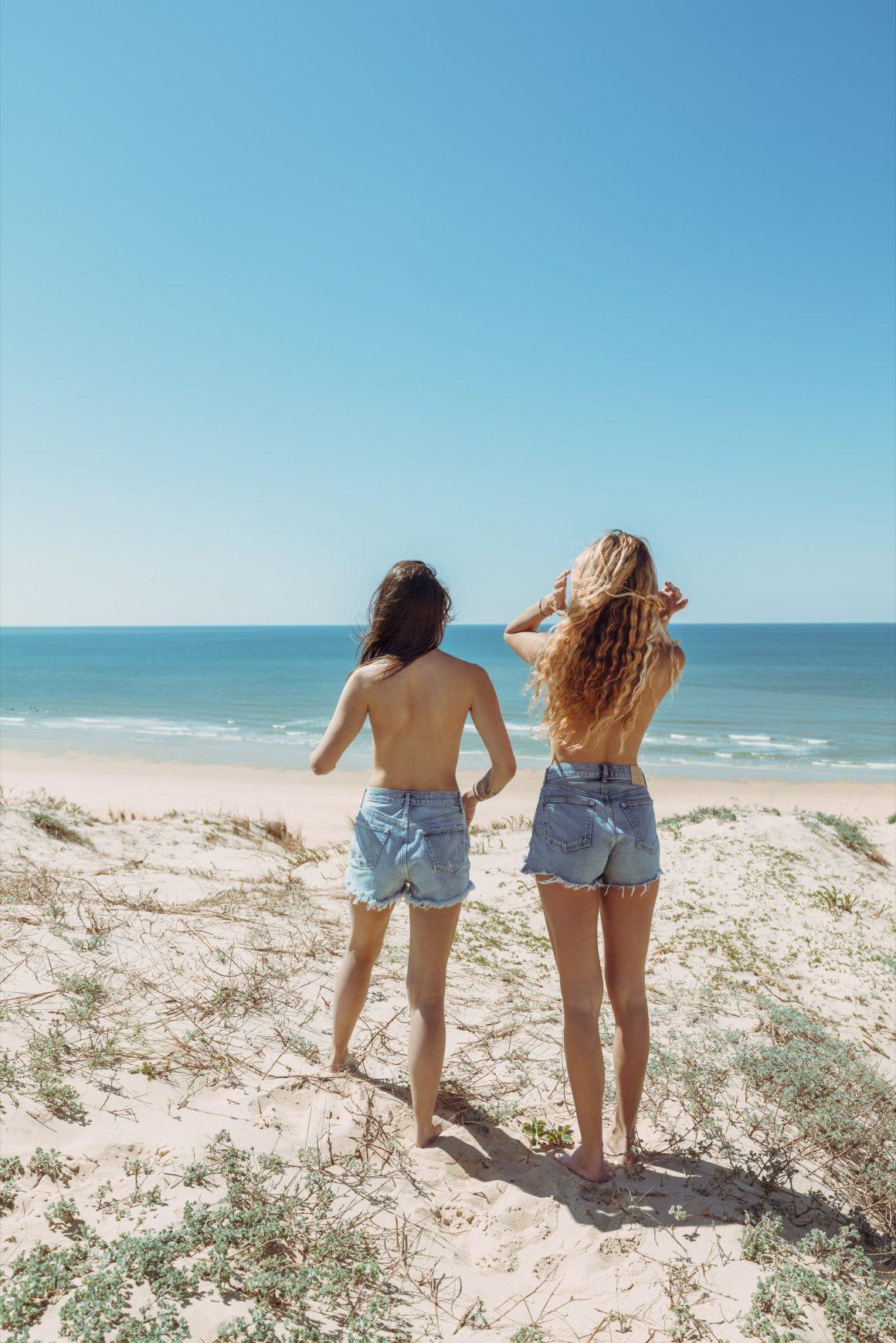Les filles Jane de Boy de dos sur la plage