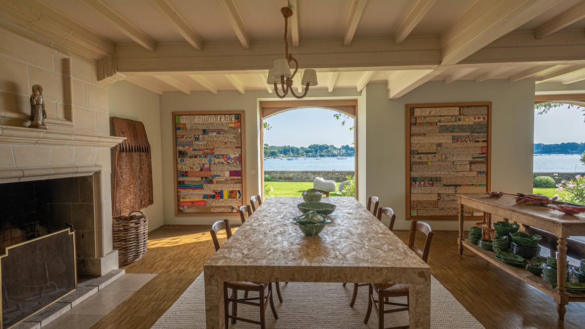 Salle à manger de la villa sur l'Ile d'Iris